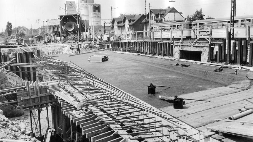 Im Jahr 1963 entschied der Nürnberger Stadtrat, die Schnellstraße auf einer Länge von 2,5 Kilometer Richtung Süden weiterzubauen. Gearbeitet werden musste auch mit teuren