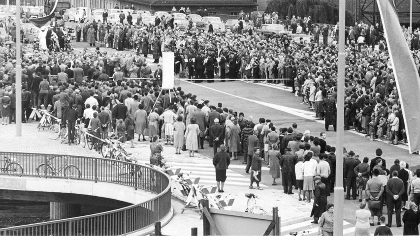 Allererste Überlegungen für den Bau des Frankenschnellwegs reichen zurück bis Anfang der 1920er Jahre. Bereits damals entstand die Idee, die Schnellstraße in die Trasse des alten Ludwig-Donau-Main-Kanals zu bauen. Gesagt, getan. In Nürnberg (hier die Freigabe der Jansenbrücke) gilt dies speziell für den Abschnitt zwischen Doos und Gibitzenhof.
