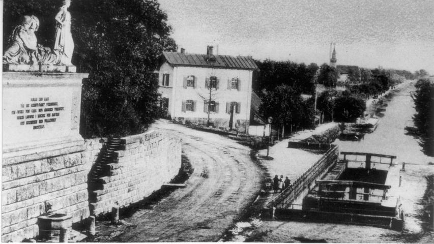 Bevor auf der Kanal-Trasse, die hier samt Kanaldenkmal auf einer historischen Ansichtskarte um 1910 zu sehen ist, der Frankenschnellweg gebaut wurde, verkehrten einst Lastkähne zwischen Erlangen, Fürth und Nürnberg.