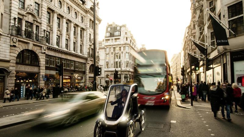 Der Pedelec schützt seine Passagiere durch ein Dach und ist als Pedelec eingestuft. Deshalb darf er den Radweg benutzen und braucht weder Versicherung noch Kennzeichen. Der Fahrer bzw. die Fahrerin kommen ohne Helm und Führerschein aus.