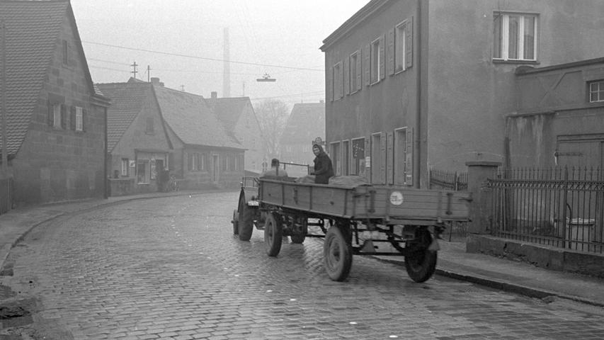 Weniger los als am Flughafen war in den 1960er-Jahren auf der Bucher Hauptstraße. Die NN-Fotografin erwischte hier nur einen landwirtschaftlichen Traktor samt Anhänger. Die kultigsten deutschen Traktor-Marken finden Sie hier.