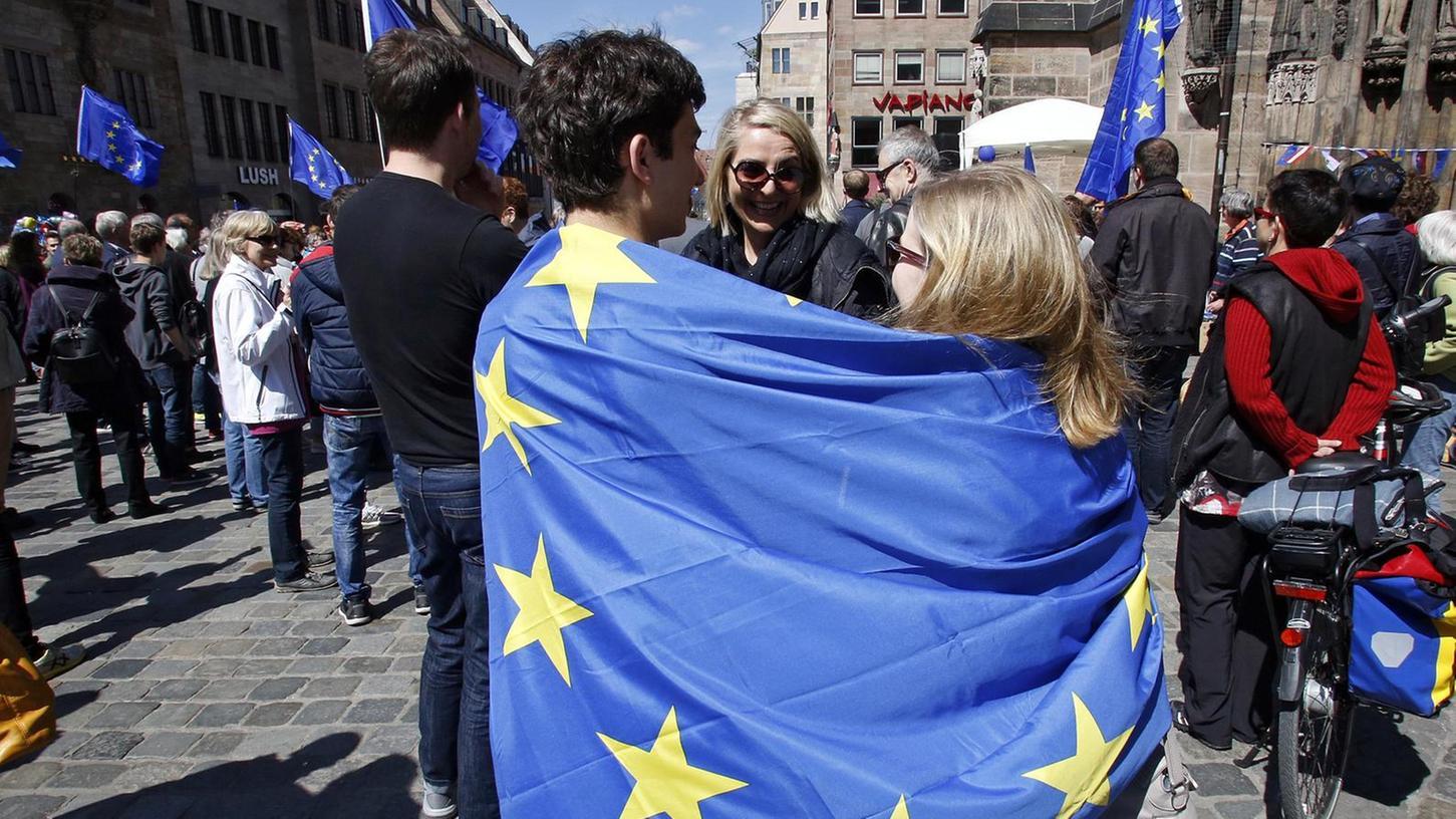 """Flagge zeigen für Europa: Bei den Aktionen von """"Pulse of Europe"""" geht es häufig bunt zu. Die in Frankfurt gegründete Bürgerbewegung ist seit zwei Jahren auch in Nürnberg aktiv. """"Pulse of Europe"""" macht sich für ein geeintes Europa stark – und engagiert sich ebenfalls bei """"We lovEU""""."""