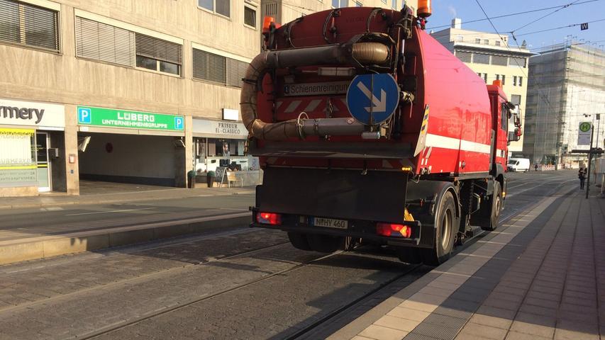 Auch dieses Fahrzeug kann auf der Straße und auf Schienen fahren: Der Schienenreiniger der VAG ist Baujahr 2008 und seither im Straßenbahn-Gleisnetz unterwegs. Jeden Tag wird ein anderer Bereich der rund 53 Kilometer Gleise gesäubert. Ansonsten würden die Gleisrillen stark verschmutzen und der Schmutz mit der Zeit verdichten. Dann bestünde die Gefahr, dass die Straßenbahnzüge entgleisen.