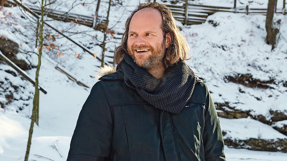 Machte sich schon mal mit seinem neuen Arbeitsplatz vertraut: Im Sommer wird Andreas Leopold Schadt im Weißenburger Bergwaldtheater zehnmal auf der Bühne stehen. Er spielt den Lebkuchenmann.