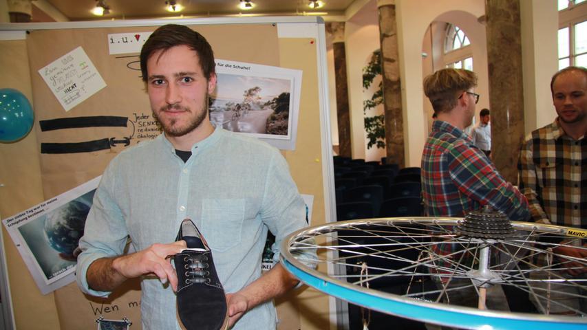 """Die Sieger müssen sich """"nie wieder Schuhe binden."""" So lauten Werbeslogan und Ziel des """"Cycle-Senkels"""". Entwickelt haben ihn Steffen Leimbach, Kristin Schnepf, Anna Vandebosch, Jonas Köhler und Tobias Peggau. Aus alten Fahrradschläuchen schneiden sie Schnürsenkel-Stücke aus, die dehnbar und trotzdem fest sind. """"Nach einmaligem Einfädeln muss man sich nie wieder die Schuhe binden"""", schreibt das Team in seinem Geschäftsbericht. Die Schläuche haben die Jungunternehmer von Fahrradläden kostenlos bekommen. Sie landen sonst im Restmüll. """"Wir wollen zur Müllreduzierung beitragen."""" Aussortierte Schläuche, die nicht stabil genug sind, um sie in Schuhen zu nutzen, funktionierten die Studenten zu Visitenkarten für ihre Firma um. Für die Jury eindeutig Platz 1, dotiert mit einem Preisgeld von 800 Euro."""