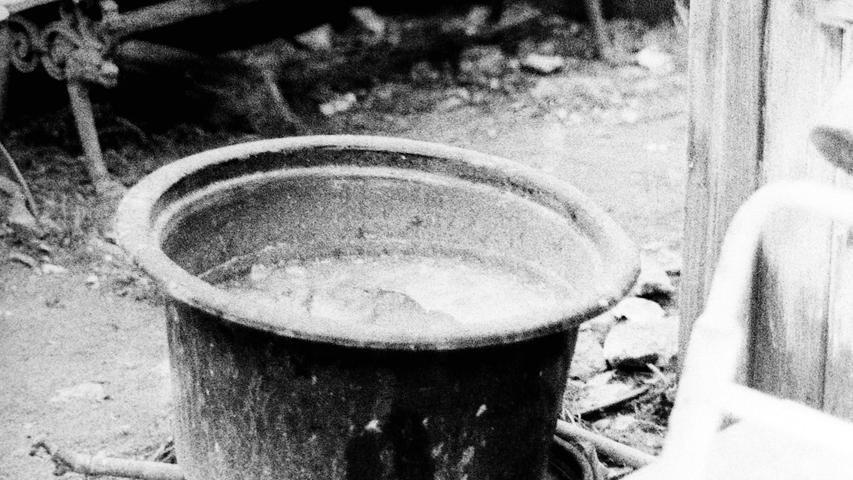 Die räumlichen Zustände im Bauhof der Stadt Pegnitz sind verbesserungswürdig. Das ist heute so und das war vor 50 Jahren schon so. Die Arbeiter werden zwar bei jeder Gelegenheit gelobt, auf Investitionen in ihr Quartier allerdings müssen sie mitunter lang warten. Vor einem halben Jahrhundert war es besonders schlimm: Damals ist beim ersten strengen Frost sogar der einzige Wasseranschluss (Bild)  eingefroren, so dass die Beschäftigten in aller Eile selbst eine neue, frostsichere Leitung verlegen mussten. Im Stadtrat war von unzumutbaren Zuständen die Rede, stand doch als Wärmeraum lediglich eine Hütte zur Verfügung und die Duschen im Feuerwehrhaus waren längst ausgebaut. Deshalb wurde dringend an Bürgermeister Christian Sammet appelliert, endlich die Pläne für Neubauten umzusetzen, was dieser allerdings wegen der ungeklärten Finanzierung weiter auf die lange Bank geschoben hat.