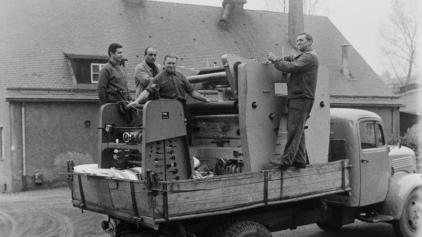 Im Herbst 1968 nahm eine neue Fabrik in Pegnitz den Betrieb auf. Mit einem offenen Lkw wurden die ersten Produktionsmaschinen angeliefert - heute wäre diese Transportmethode unvorstellbar. Mehr historische Schätze aus Pegnitz und Umgebung haben wir hier zusammengestellt.