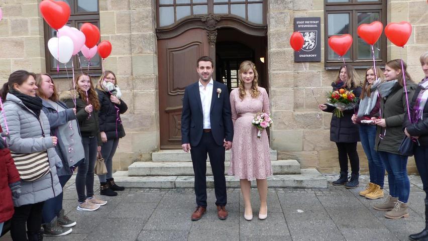 Im Freystädter Rathaus haben Melanie Hofbeck aus Jettenhofen und Peter Rösch aus Thannhausen im Beisein der Familien vor Bürgermeister Alexander Dorr geheiratet. Vor dem Rathaus hatten sich die Arbeitskolleginnen der Braut von der Freystädter Kindertagesstätte