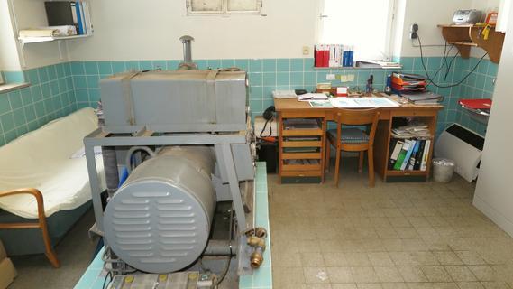Der Arbeitsplatz von Wasserwart Thomas Schichl im Brunnenhaus in Möhren. Das alte Notstromaggregat (links) ist allerdings schon seit Jahren nicht mehr gelaufen.