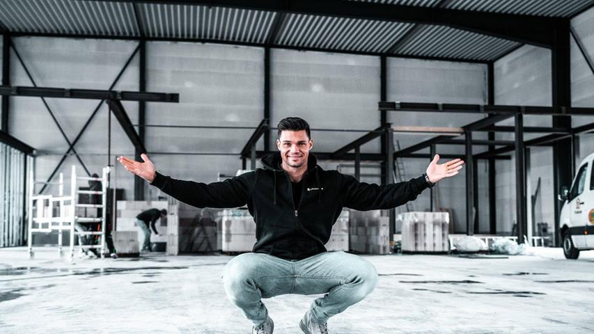 Muckis, Sport und Protein: Das gibt es bei Benjamin Burkhardt alias smartgains. Der Fitnessprofi führtin Neumarkt sein eigenesFitnessstudiound coacht auf Youtube gut 279.000 FollowerInnen.