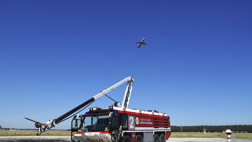 Dieses 2008 gebaute Feuerwehrfahrzeug des Flughafens beeindruckt mit nackten Zahlen: Motorleistung 1000 PS, Gesamtgewicht 43 Tonnen, acht angetriebene Achsen - und die Tanks fassen 12.500 Liter Wasser und 1.500 Liter Schaummittel.