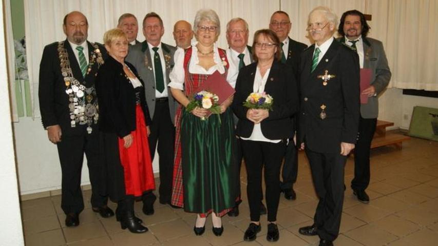 Willi Rottmann wurde auf der Jahreshauptversammlung des Schützengaus Erlangen zum 1. Gauschatzmeister gewählt, Markus Gorny zum 2. Gauschatzmeister. Außerdem wurden acht Sportschützen für ihre besonderen Leistungen und Verdienste geehrt. Susanne Jung (SG Eltersdorf) erhielt die Gauehrennadel in Bronze, Christian Braun (Schützenfreunde Dormitz) die Gauehrennadel in Gold, Norbert Prüll (KPHSG Erlangen) die Böllergaunadel in Silber, Siglinde Müller (SSG Erlangen-Büchenbach) die Peter-Lorenz-Nadel Sport in Bronze, Benno Neudel und WalterMümmler (SG Tennenlohe) die Peter-Lorenz-Nadel für Funktionäre in Bronze und Leonhard Mümmler (SG Tennenlohe) und Eugen Stangl (SG Tell Uttenreuth) die Peter-Lorenz-Nadel in Silber.