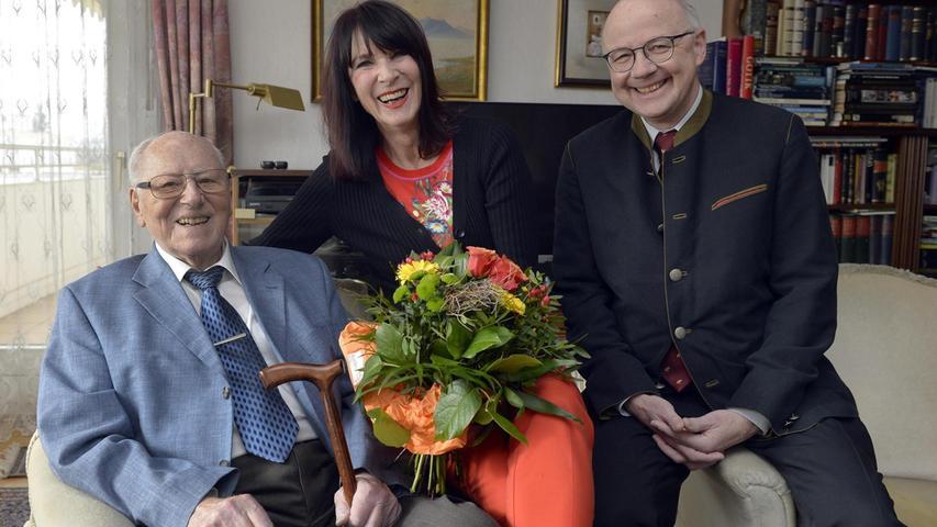 Stadträtin Rosie Egelseer-Thurek gratulierte Bruno Gärtner zu seinem 95. Geburtstag. Auch Sohn Norbert freute sich.