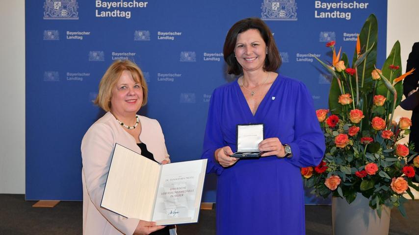 Annekathrin Preidel aus Erlangen ist von der Präsidentin des Bayerischen Landtags Ilse Aigner (rechts) in München mit der Bayerischen Verfassungsmedaille ausgezeichnet worden.