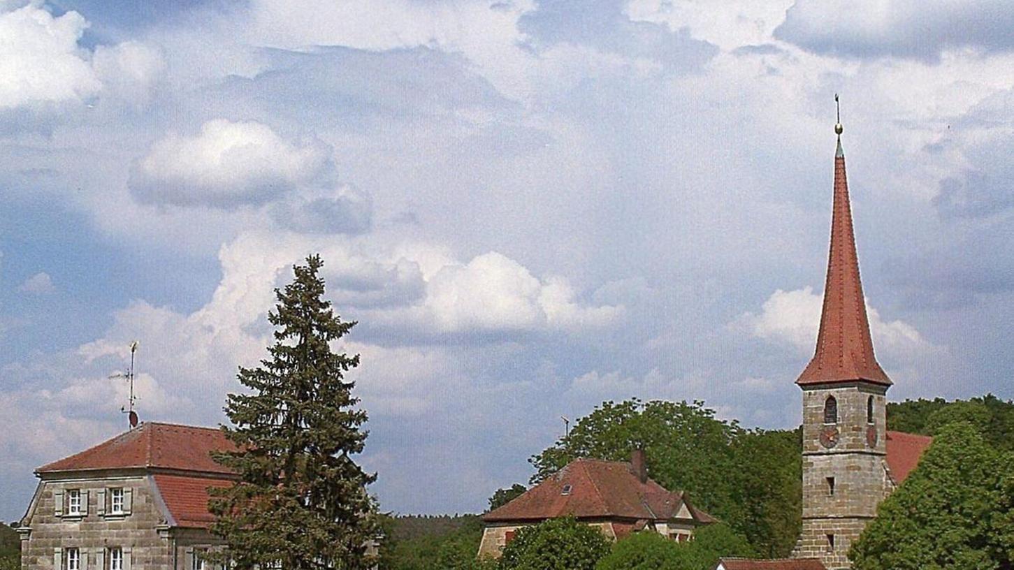 Auf dem Kupferstich von G. D. Heumann sieht man das herrliche Ensemble von Kirche, Pfarrhaus und Schulhaus (rechts) mitten in der Landschaft liegend, von Feldern umgeben. Das linke Bild zeigt das Ensemble, wie es sich heute dem Betrachter darstellt.