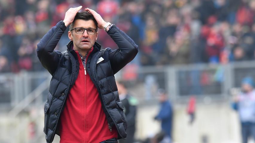 Doch immer wieder wurde die starke Saison 2017/18 von Dämpfern begleitet. Der Club ließ gegen Regensburg, St. Pauli und Bochum Punkte liegen - und ließ eine 0:2 im Derby gegen die SpVgg Greuther Fürth, damals noch mitten im Abstiegskampf, folgen. Das große Glück des FCN: Die 2. Bundesliga war in dieser Saison so ausgeglichen, dass der Club sich ein ordentliches Polster erarbeiten konnte.