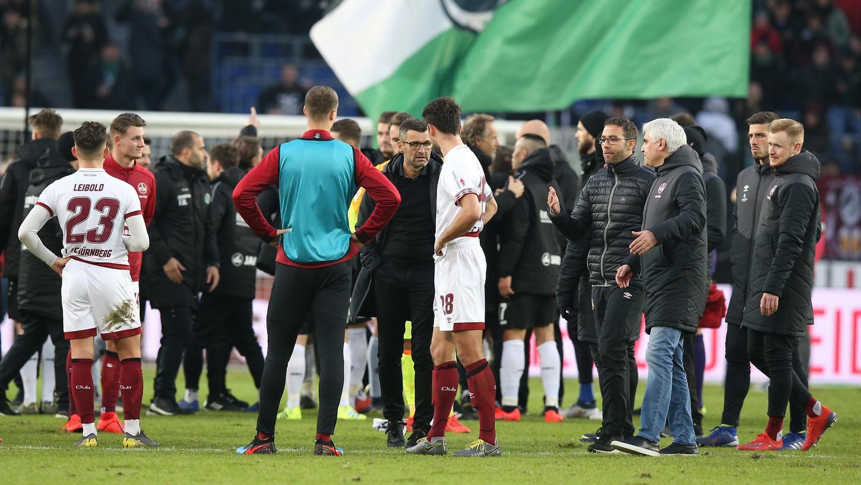 Miese Laune, hängende Köpfe, Platz 18: Beim 1. FC Nürnberg stehen die Zeichen nach der Pleite in Hannover auf Abstieg.