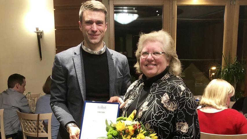 Viele herzliche Glückwünsche bei einem Abendessen im Kreise des Teams konnte Karin Lösel entgegennehmen. Die langjährige Mitarbeiterin des Erlanger Bundestagsabgeordneten Stefan Müller feierte jetzt ihr 25-jähriges Dienstjubiläum.