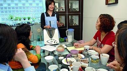 Auf einer Vorführparty in Taiwan wird der Thermomix vorgestellt: Auch in die asiatische Küche hält der Küchenhelfer Einzug. In China hat es Vorwerk da schon schwerer. Hier sind Haustürgeschäfte gänzlich verboten.