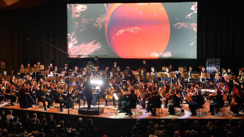 """Für die """"Symphonic Visuals"""" arbeitete die Junge Philharmonie Erlangen mit der Künstlerinnengruppe """"Prizesin Haralt"""" zusammen."""