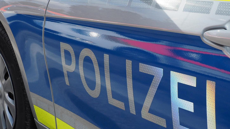 In der Nacht von Mittwoch auf Donnerstag lieferte sich ein 18-Jähriger im Ansbacher Stadtgebiet eine Verfolgungsjagd mit der Polizei. Die Ermittlungen ergaben, dass das Auto nicht mehr versichert war und der Mann keinen Führerschein besaß.