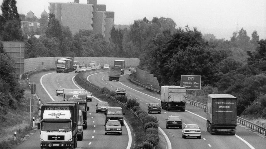 Dieses Bild aus der Mitte der 1990er-Jahre zeigt den Verkehr auf der Autobahn 73 zwischen Bamberg und Nürnberg. Ganz vorne im Bild ist ein Renault 4 Richtung Norden unterwegs. Mehr Bilder vom Frankenschnellweg finden Sie hier.
