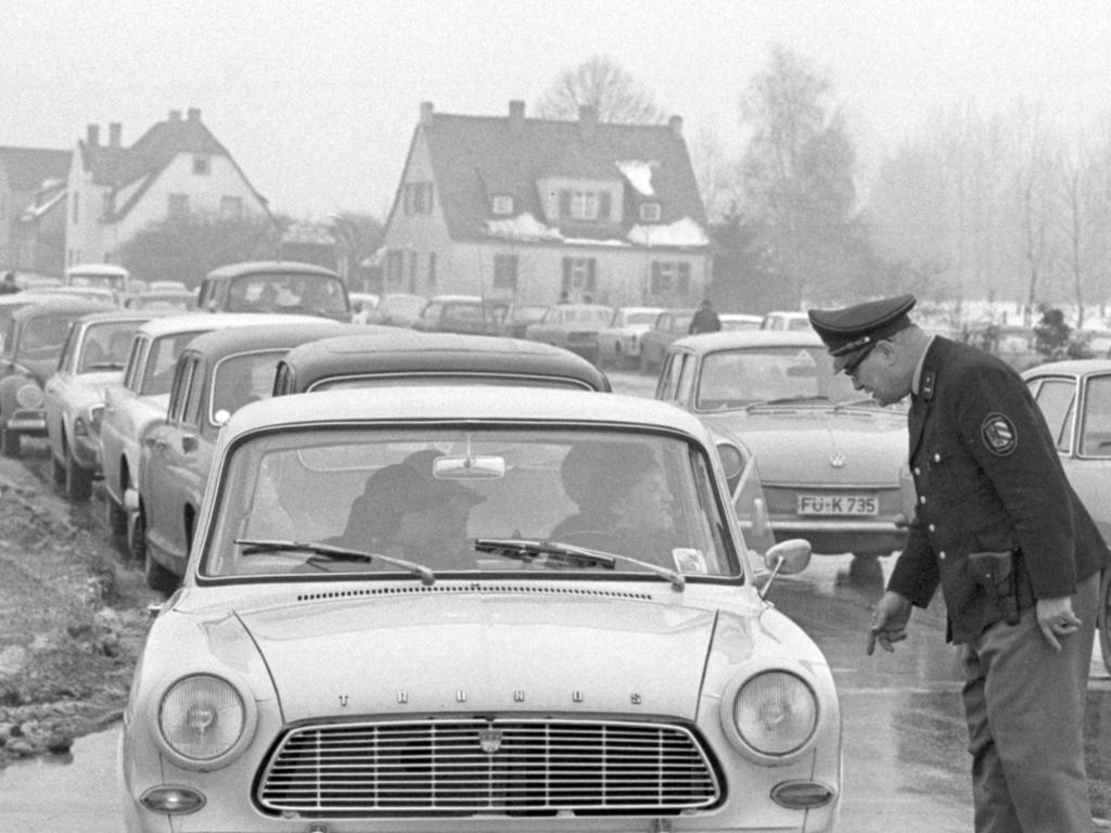 FOTO: NN / Hans Kammler, historisch; 1960er; veröff. NN 21.01.1969..MOTIV: Nürnberg, Flughafen, Manöver Reforger I, Auto, PKW, Stau, Polizist, Autokolonne.KONTEXT:
