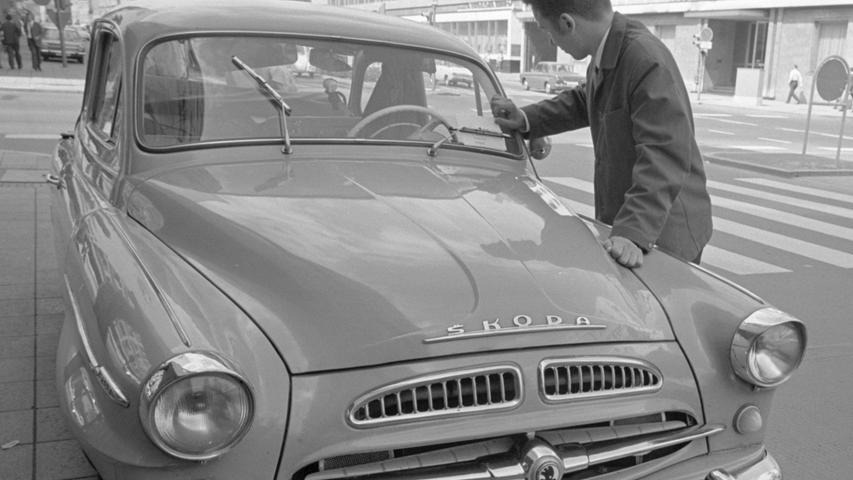 Ob der Brief wohl jemals ankam? In der Nürnberger Marienstraße steckte dieser Student anno 1968 einen Brief unter den Scheibenwischer eines Skoda 440 aus der damaligen CSSR. Der junge Mann kannte den Fahrer des Autos nicht. Trotzdem hoffte er, dass die Nachricht an seine Angehörigen bald die Adresse daheim in der Tschechoslovakei erreichte.