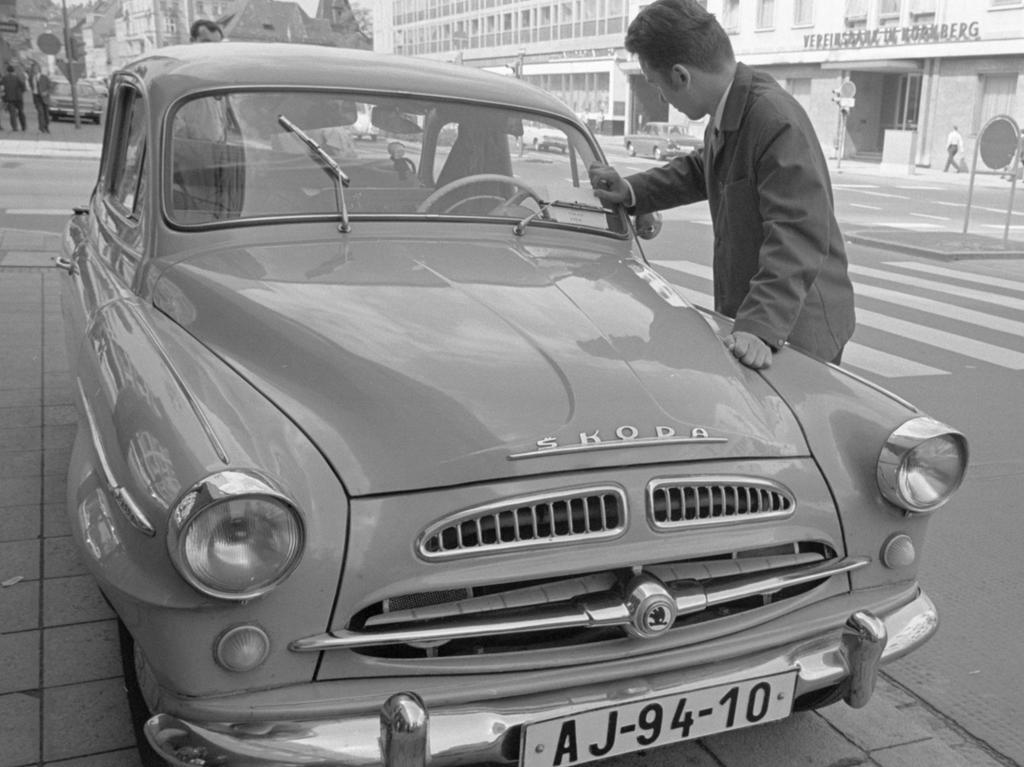 FOTO: NN / VNP Helmut Launer ; historisch; 1960er; veröff. NN 22.08.1968 MOTIV: Nürnberg, CSSR-Touristen, Flüchtling, Student, Brief, PKW, Skoda, Marienstraße KONTEXT: