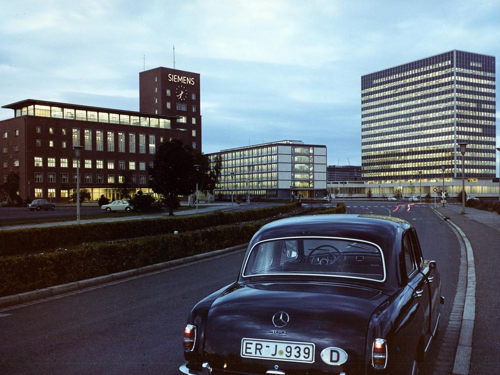 Historisches Bild vom Himbeerpalast und Hochhaus 1962. Foto: Siemens Historical Institute; Erlangen: Außenansicht Himbeerpalast in Erlangen, Werner von Siemens Straße. Verkehr; historisch; 1960er; Stadtansicht; Architektur