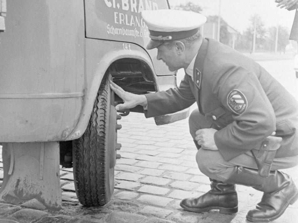 FOTO: VNP/ Ranke, veröff. NN v. 04.10.1968; historisch; 1960er..MOTIV: Polizist, Verkehrspolizist kontrolliert Reifen..KONTEXT: