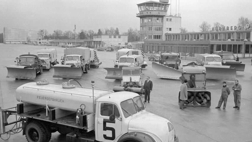 Über einen nicht minder beeindruckenden Fuhrpark verfügte auch der Nürnberger Flughafen, wie dieses Bild aus dem Jahr 1968 zeigt: Die Lastwagen stammen fast alle vom Hersteller Magirus-Deutz, insbesondere der Rundhauber-Tankwagen ganz vorne im Bild. Die Historie des Flughafens in Bildern haben wir hier zusammengetragen.