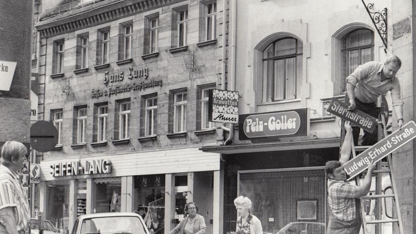16 Wochen nach dem Tod von Ludwig Erhard erhielt der Vater des deutschen Wirtschaftswunders und Ex-Bundeskanzler anno 1977 in seiner Heimatstadt eine offizielle Ehrung: Die Schilder der Sternstraße wurden gegen neue, vom Stadtrat Mitte Juni beschlossene Schilder mit dem Namen Ludwig-Erhard-Straße ausgetauscht. Der am Straßenrand geparkte Peugeot 504 nimmt es mit automobilem Gleichmut hin.