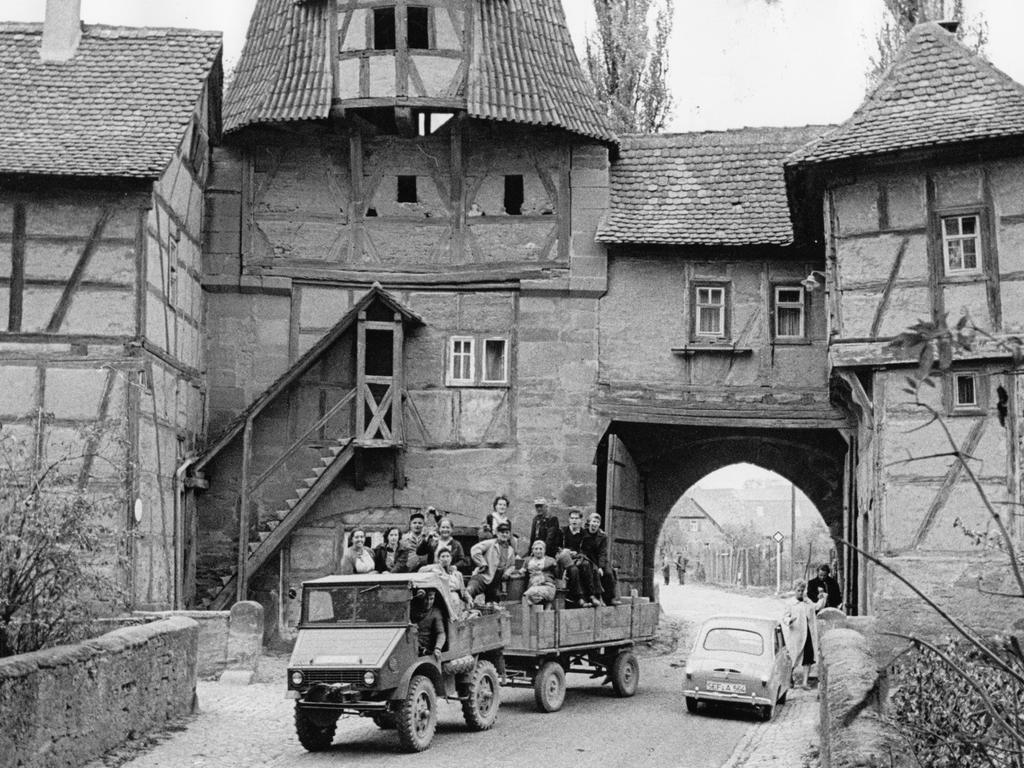 FOTO: NN / Gerardi; veröff. in NN v. 24.10.1959; historisch; 1950er...MOTIV: Wein; Ernte; Weinlese; Franken; Iphofen; Mittelfranken; Stadtmauer; Stadttor..KONTEXT: