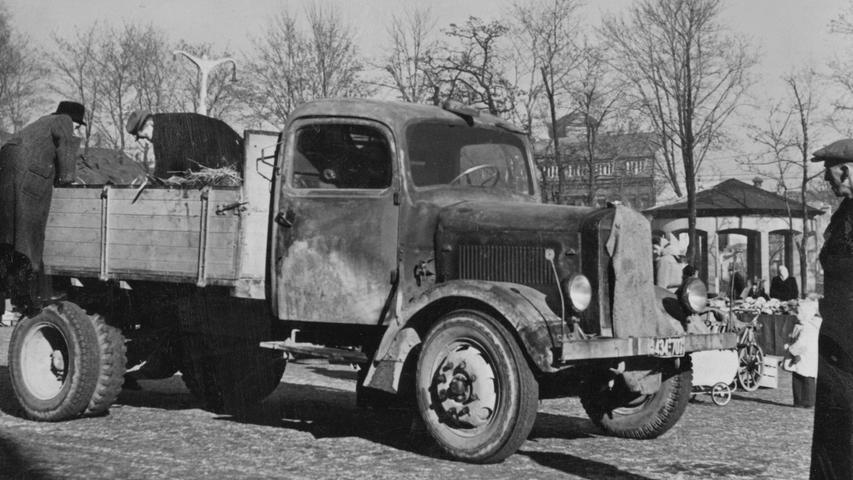 Von diesem Bild aus dem Jahr 1949 ist nur überliefert, dass es auf der Fürther Freiheit entstanden ist. Der Kühlergrill des Lastwagens wurde mit einem Tuch verhüllt, damit der Motor nicht zu viel kalte Luft abbekommt.