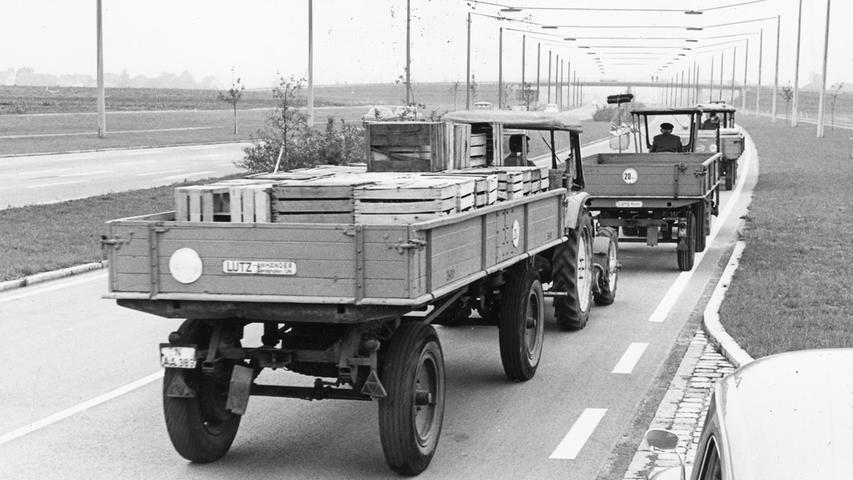 Ein neuer Weg führte ab September 1967 nach Norden: Im Bild die soeben für den Verkehr freigegebene Bundesstraße 4 im Knoblauchsland. Auf der Jungfernfahrt auf der neuen Straße folgten gleich hinter den Wagen der Prominenz, wenn auch etwas langsamer, die Schlepper der Bauern. Die kultigsten deutschen Traktor-Marken finden Sie hier.