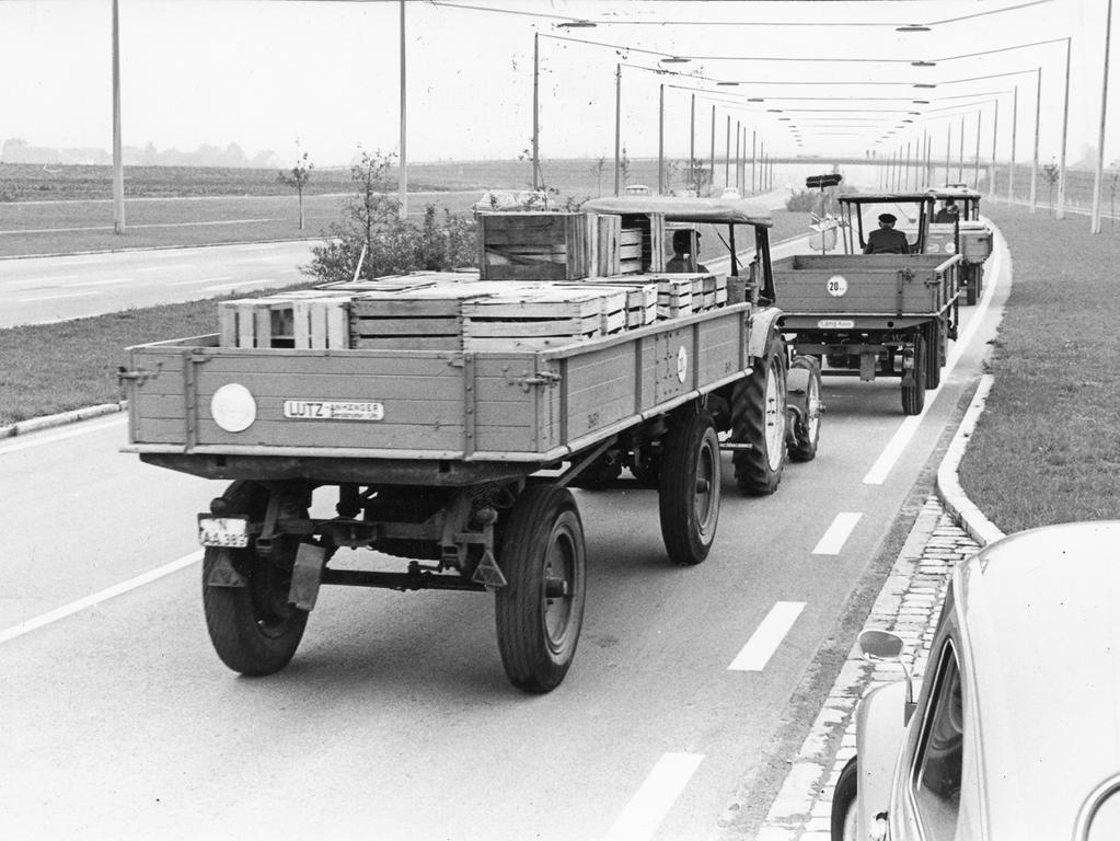 FOTO: NN / Gertrud Gerardi, historisch; 1960er; veröff. NN 20.09.1967..MOTIV: Traktoren mit Anhänger auf der soeben für den Verkehr freigegebenen Bundesstraße 4. Knoblauchsland.....KONTEXT: