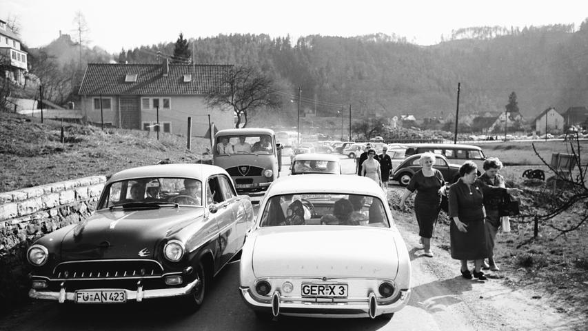 Damals, als Ford und Opel noch Autos der oberen Mittelklasse bauten... Vorne im Bild kommen sich gerade ein Ford Taunus 17m - Spitzname