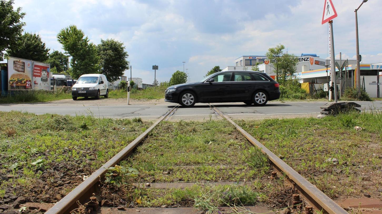 Ein Schienenstrang führt vom Nordostbahnhof durch den Nürnberger Norden nach Fürth. Ein