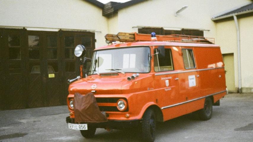 Wann genau sich dieser 1966 gebaute Opel Blitz der Freiwilligen Feuerwehr Sugenheim der Kamera präsentierte, ist nicht bekannt. Es dürfte irgendwann Mitte der 1990er-Jahre gewesen sein. Zugelassen wurde das Löschfahrzeug noch in einer Zeit, in der Sugenheim zum Altlandkreis Scheinfeld gehörte. Daher ziert ein SEF-Nummernschild die Stoßstange. Das Fahrzeug ist heute noch vorhanden und gehört zu den schönsten Blaulicht-Oldtimern der Region.