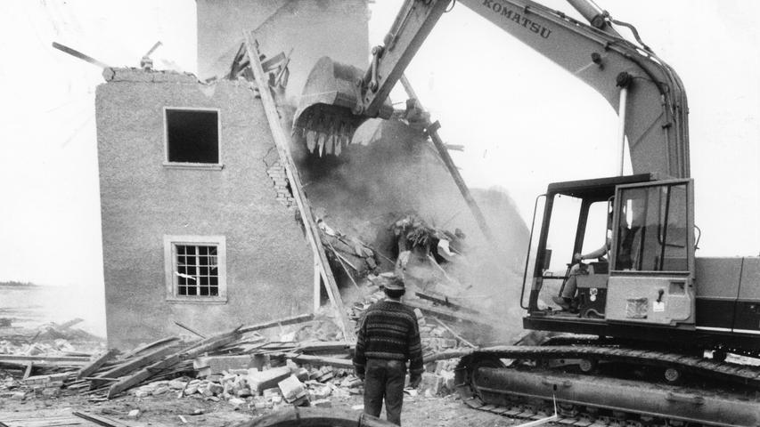 Für den Rothsee weichen musste 1992 die Hasenbruckmühle in der Nähe von Roth. Das Gebäude wurde abgerissen, heute ist das Gelände Teil des Fränkischen Seenlands.