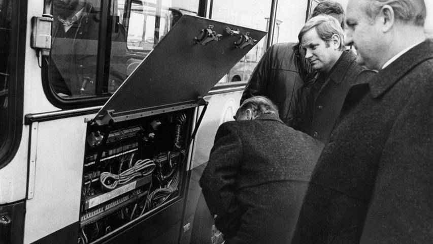 Einblicke in die komplizierte Technik eines Busses der Fürther Stadtwerke nahmen anno 1984 Werkreferent Horst Staakmann, SPD-Fraktionschef Fritz Engel und Stadtrat Günter Hefele.