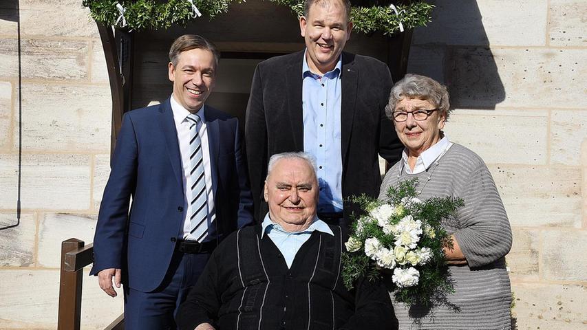 Landrat Alexander Tritthart (li). und Bürgermeister Thomas Fischer gratulierten dem