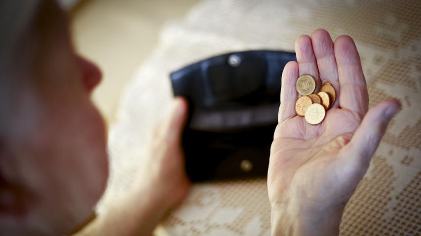 Warum bei Frauen im Alter das Geld knapp wird