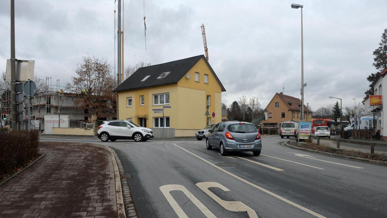 """Die Ecke Erlanger-/Herzogenauracher Straße ist für Kinder gefährlich. Sie kommen wegen Barrieren (rechts) nicht gefahrlos zur Bushaltestelle """"Brückenstraße""""."""