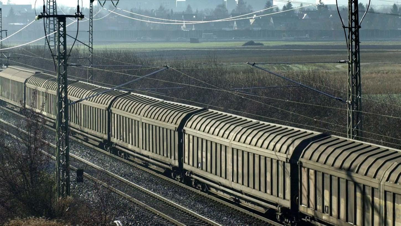 Nach dem Vorfall mit einem ungebremst durch die Oberpfalz rollenden Güterzug fordert die SPD eine rasche Aufklärung. (Symbolbild)