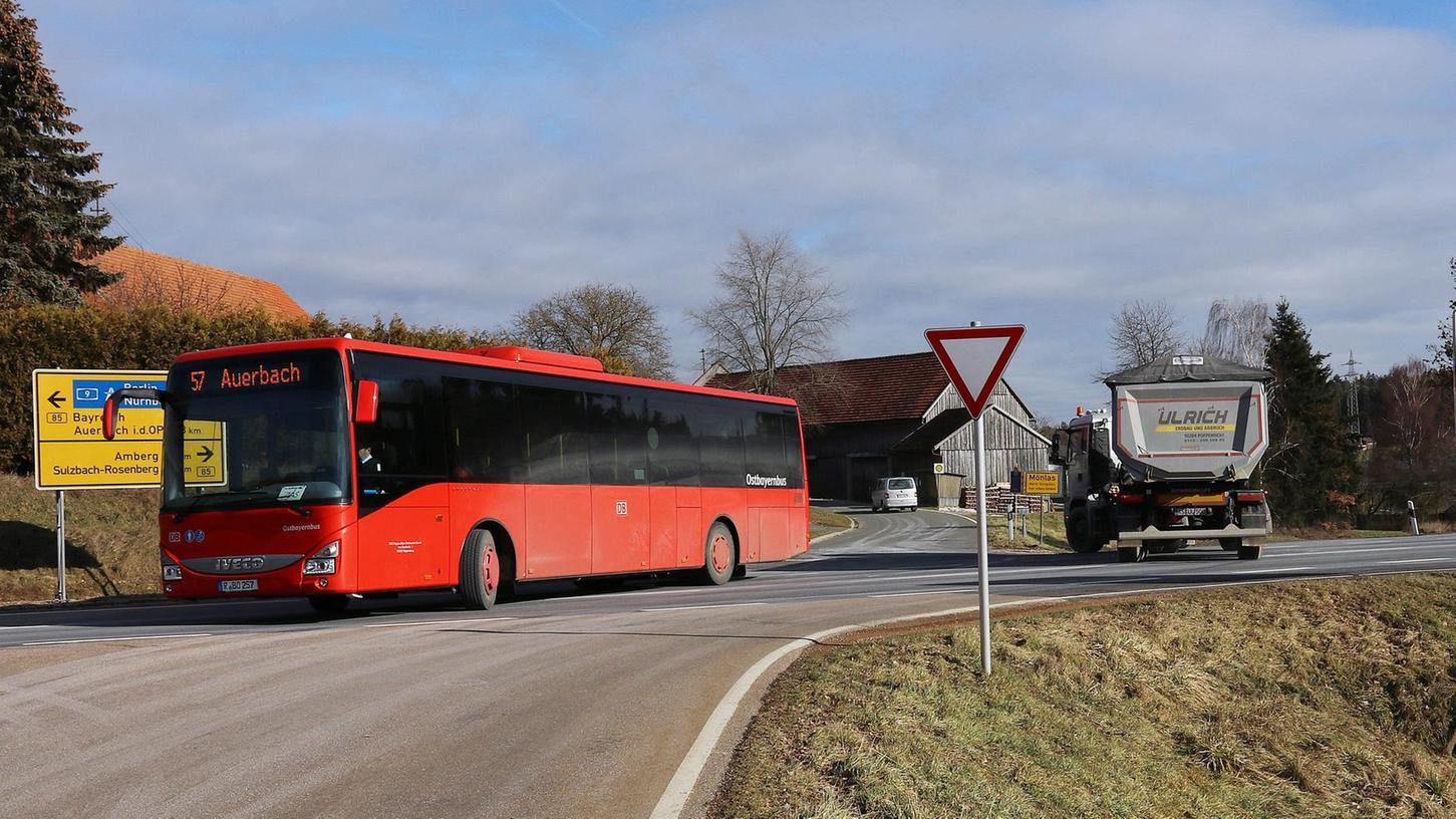 """Für unnötig viele Gefahrensituationen sorgt die """"eigenartige"""" Kreuzung bei Mönlas, bei der drei Straßen zusammentreffen. Das Staatliche Bauamt Amberg-Sulzbach stellte das Projekt vor, das hier für mehr Sicherheit sorgen soll."""