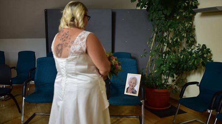 Julia und Thomas Lieb aus Kirchehrenbach haben sich 2018 das Ja-Wort gegeben. Julia Lieb hat bei ihrer Hochzeit ihre verstorbene Oma schmerzlich vermisst. Doch auch wenn diese nicht dabei sein konnte, dachte die Braut an ihrem großen Tag an sie. Julia Lieb schreibt: