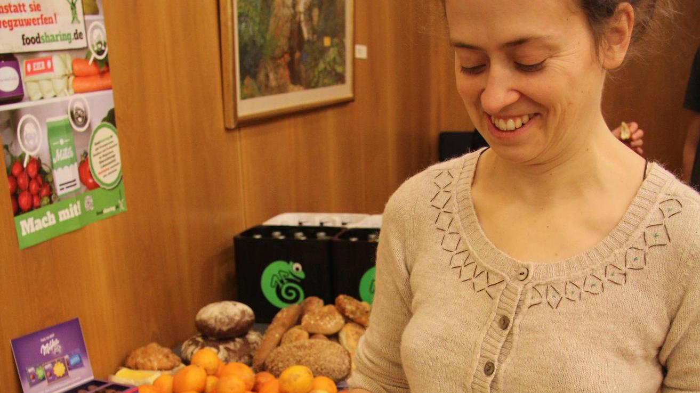 Johanna Wiglinghoff (li.) hat mit Mitstreiterinnen von Foodsharing für die Referenten der Biofach-Publikumsdiskussion (re. im Bild Niko Paech) Gerichte aus Lebensmitteln zubereitet, die ansonsten im Müll gelandet wären.