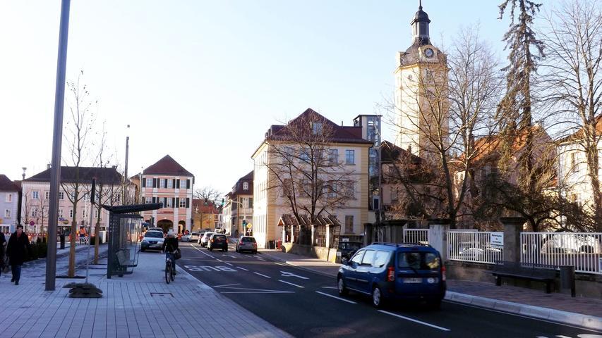Ansbach ist nicht nur Regierungshauptstadt von Mittelfranken und die ehemalige Residenz der Markgrafen von Brandenburg-Ansbach, sondern wird auch heute noch von seiner bewegten Geschichte geprägt. Nicht nur seine Lage an der historischen Burgenstraße und dem waldreichen Naturpark Frankenhöhe lockt jedes Jahr zahlreiche Touristen an - auch die historischen Sehenswürdigkeiten und Schätze sind einen Besuch wert. Eines der bekanntesten historischen Bauten ist das Herrieder Tor mit seinem markanten achteckigen Turm.